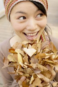 Woman_with_leaves_2